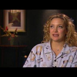 KATE HUDSON -Marley Corbett- über die Szene in der Bar - OV-Interview Poster