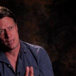 Gavin Hood über die Detailsorgfalt der Produktionsdesigner - OV-Interview Poster