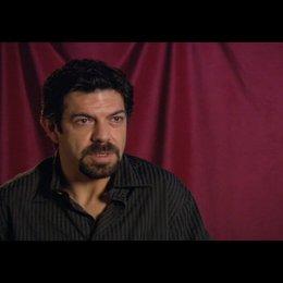"Pierfrancesco Favino (""Inspector Olivetti"") über Ron Howard - OV-Interview Poster"