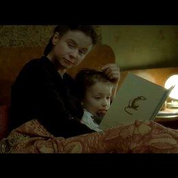 Eugenia und Pavel beim Spielen und Vorlesen mit ihren Kindern - Szene