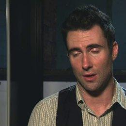 Adam Levine - Dave - darüber, wie er zu seiner Rolle kam - OV-Interview Poster