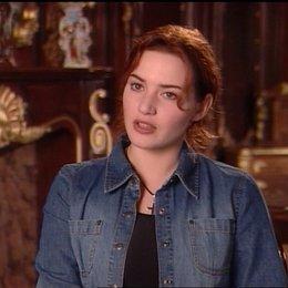 Kate Winslet (Rose) über den Antritt der Reise des Schiffes (Southhampton) - OV-Interview Poster