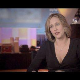 Vera Farmiga - Alex Goran / über ihre Rolle - OV-Interview Poster