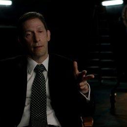 Tim Blake Nelson über die ergreifenden Szenen in einem Actionfilm - OV-Interview Poster