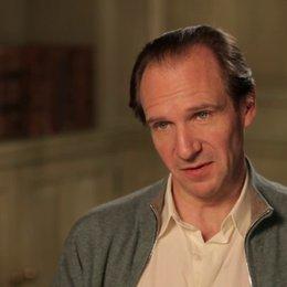 Ralph Fiennes - M. Gustave - über seine Rolle - OV-Interview Poster