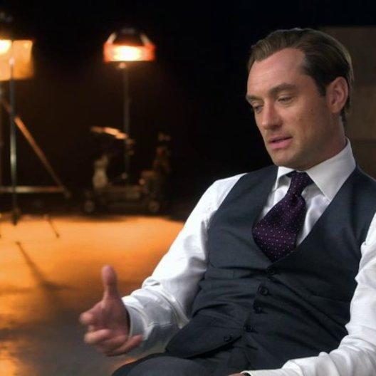 Jude Law über die Arbeit mit der talentierten Besetzung - OV-Interview Poster
