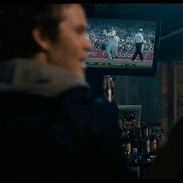 Public Viewing eines Cricket Spiels in der Dorfkneipe - Szene Poster