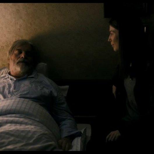 Sonja und Verena am Krankenbett des Vaters - Szene Poster
