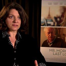 Sandra Nettelbeck - Regisseurin - über die Romanvorlage und ihre einen Amerikaner zum Franzosen zu machen - OV-Interview Poster