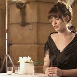 Interview mit Anne Hathaway über die Figur Andy Sachs, Selbstbewusstsein und die Modeindustrie - OV-Interview Poster
