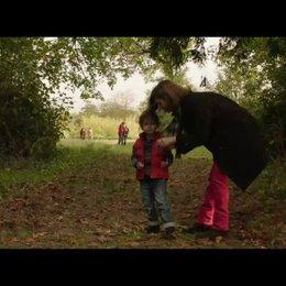 Sylvie reist zurück in die USA - das Leben geht scheinbar normal für Marc, Sophie und deren Sohn weiter - Szene