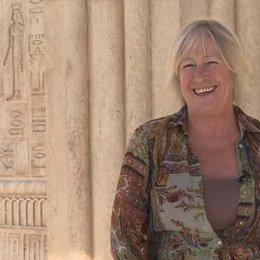 Janty Yates über Jantys liebstes Kostümteil - OV-Interview Poster