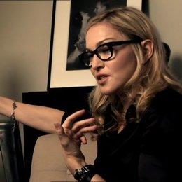 Madonna -Regisseurin- und Arianne Philips Andrea Riseborough -Wallis Simpson- -über den Look des Films - OV-Interview Poster