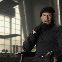 Jason Statham - Lee Christmas - über Sylvester Stallones Drehbuch - OV-Interview Poster