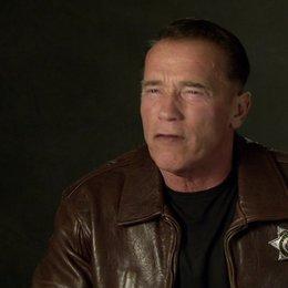Arnold Schwarzenegger (Ray Owens) über die Geschichte - OV-Interview Poster