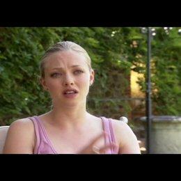 """AMANDA SEYFRIED - """"Sophie"""" über die anfänglichen Kommunikationsprobleme zwischen """"Sophie"""" und """"Charlie"""" - OV-Interview Poster"""