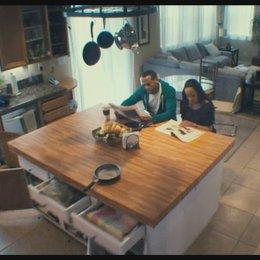 Der Geist nervt die beiden in der Küche - Szene Poster