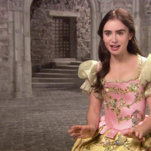 LILY COLLINS -Schneewittchen- über Prinz Andrew Alcott von Valencias Heirat mit der bösen Königin - OV-Interview Poster