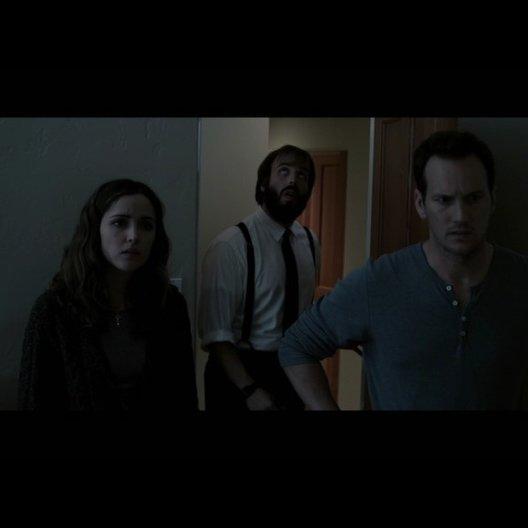 Elise (LIN SHAYE) untersucht die seltsamen Vorkommnisse in dem Haus der Lamberts - Szene