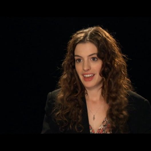 Anne Hathaway über den Humor des Films - OV-Interview Poster