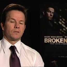 Mark Wahlberg daüber, ob er die Stunts selbst durchführt - OV-Interview