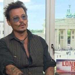 Johnny Depp - Tonto - darüber, warum er die Rolle des Tonto und nicht den Lone Ranger spielen wollte - OV-Interview Poster