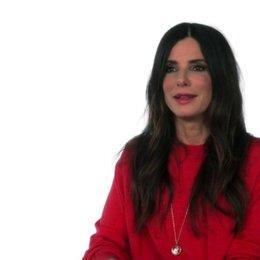 Sandra Bullock - Scarlet Overkill -  über Villain Con - OV-Interview Poster
