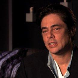 Benicio Del Toro über das Interesse des Kartells an Ben und Chon - OV-Interview Poster