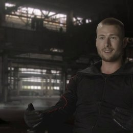 Glen Powell - Thorn - über die neuen Expendables - OV-Interview Poster