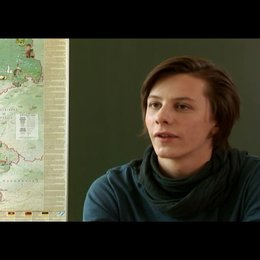 Jonathan Beck (Markus) über das Verhältnis zwischen Mila und Markus - Interview Poster