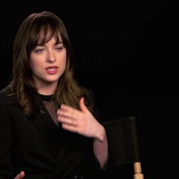 Dakota Johnson über Jamie Dornan als Christian Grey - OV-Interview Poster