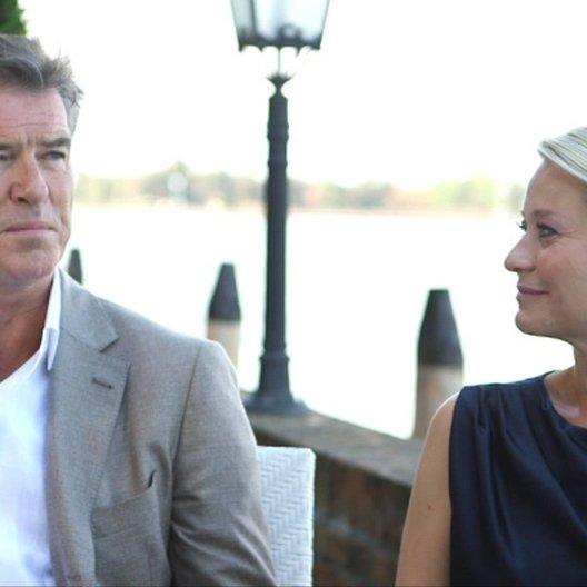Pierce Brosnan und Trine Dryholm über ihre Zusammenarbeit - OV-Interview Poster