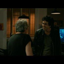 Thomas (Max Boublil) und Gilbert (Alain Chabat) starten zu ihrer ersten gemeinsamen Party-Nacht - Szene