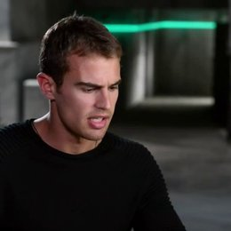 Theo James - Four - über die Fraktion der Ferox - OV-Interview Poster