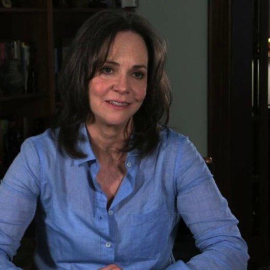 Sally Field über die Dreharbeiten mit Andrew Garfield - OV-Interview Poster