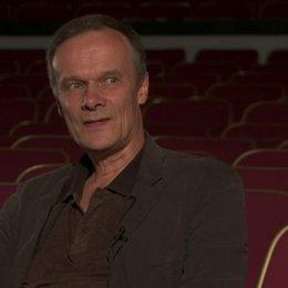 Edgar Selge - Frans Winther - über das Besondere an Jane Ainscoughs Drehbuch - Interview Poster