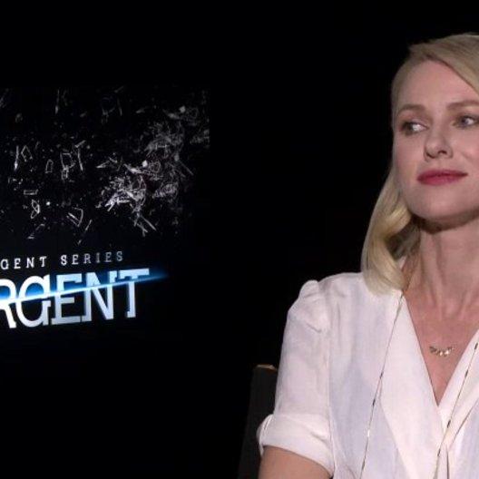 Naomi Watts - Evelyn - über das Mitwirken in Insurgent und ihre Rolle Evelyn - OV-Interview Poster