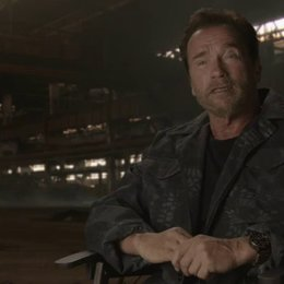 Arnold Schwarzenegger - Trench - über die Anziehungskraft der Expendables - OV-Interview Poster