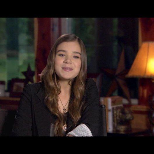 Hailee Steinfeld (Mattie Ross) über Matt Damon - OV-Interview Poster