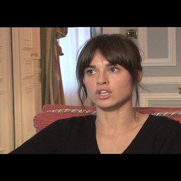 """Kasia Smutniak (""""Caroline"""") über ihre Rolle - OV-Interview Poster"""
