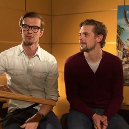Joko & Klaas (Black Bellamy & Holzbein Hastings) Joko über seine Rolle - Interview Poster