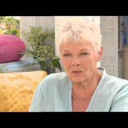 Judi Dench - Evelyn - über ihre Rolle - OV-Interview Poster