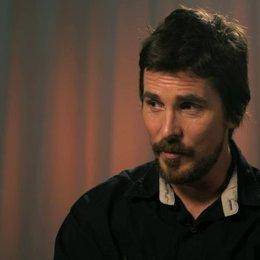 Christian Bale - Irving Rosenfeld -  über Louis CK - OV-Interview Poster