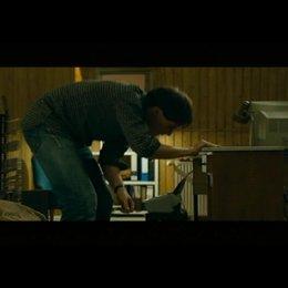 David findet ein Manuscript im Nachttisch - Szene
