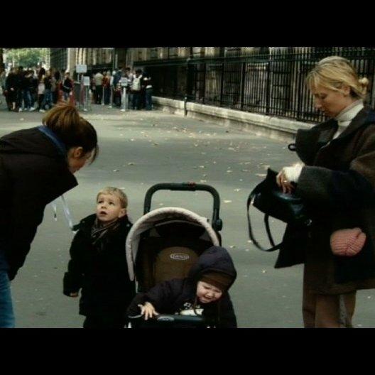 Eine Frau, die ihr Kind schüttelt, wird festgenommen - Szene