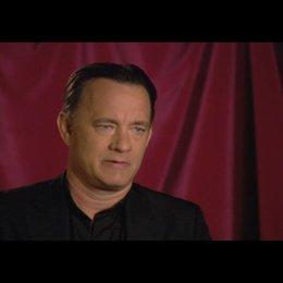 """Tom Hanks (""""Robert Langdon"""") über seine Rolle - OV-Interview Poster"""
