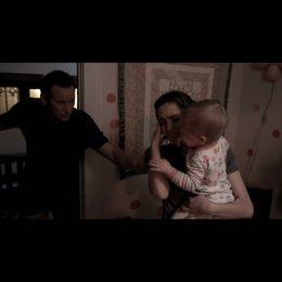 Renai (ROSE BYRNE) und Josh Lambert (PATRICK WILSON) hören nachts unheimliche Geräusche im Haus - Szene Poster