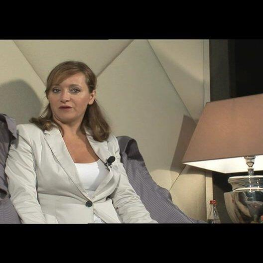 Julie Ferrier über die angel-sächsischen Elemente des Films - OV-Interview Poster