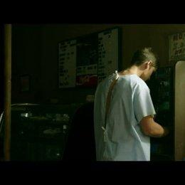 Nic verfolgt den Truck, in dem seine Freundin Haley abgehauen ist - Szene Poster