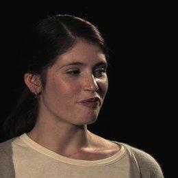 Gemma Arterton über die Zusammenarbeit mit dem Chor - OV-Interview Poster